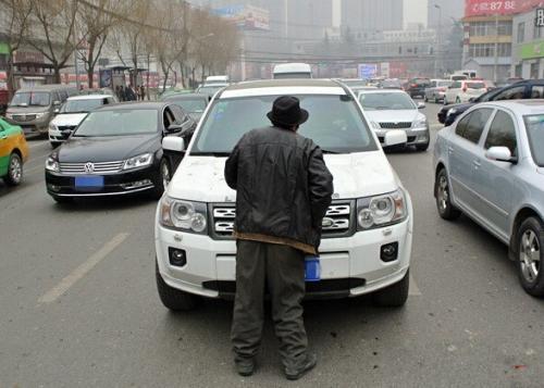 給1元反被罵、組團堵路收費, 開車遇上這種行乞者, 還給錢嗎?
