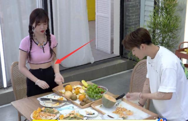 虞書欣吃果盤吃到撐,站起來看到肚子,女愛豆的真實身材讓人眼花-圖6