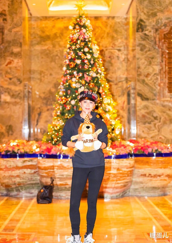劉嘉玲曬騎車照, 55歲的素顏幹黃憔悴, 穿健身褲連臀型也不遮!-圖4