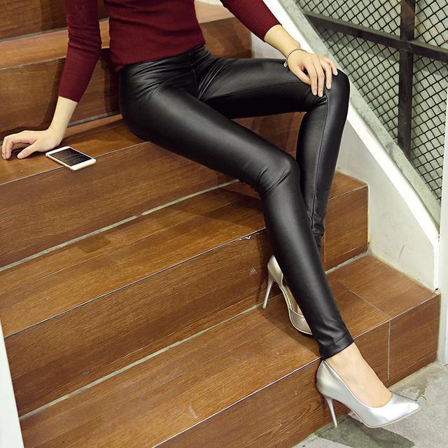 今年的皮裤+浅口尖头鞋, 看这腿部、脚部太修长显瘦了 9