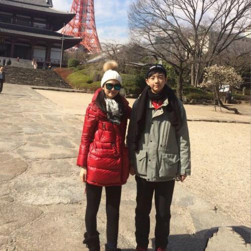 洪欣晒日本度假照, 47岁跟儿子一起像个小姑娘, 身上的外套亮了 2