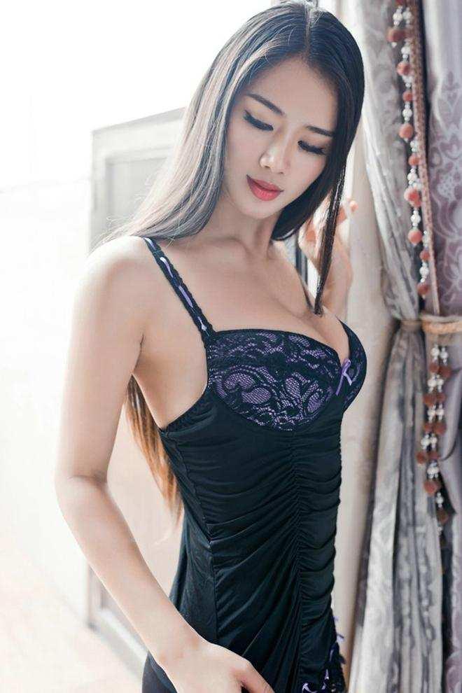 气质女神的搭配黑色紧致连衣裙, 身材完美性感诱惑 3