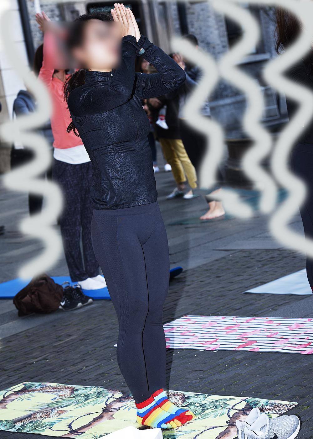 练瑜伽的紧身裤美女, 注意力都在脚上了! 3