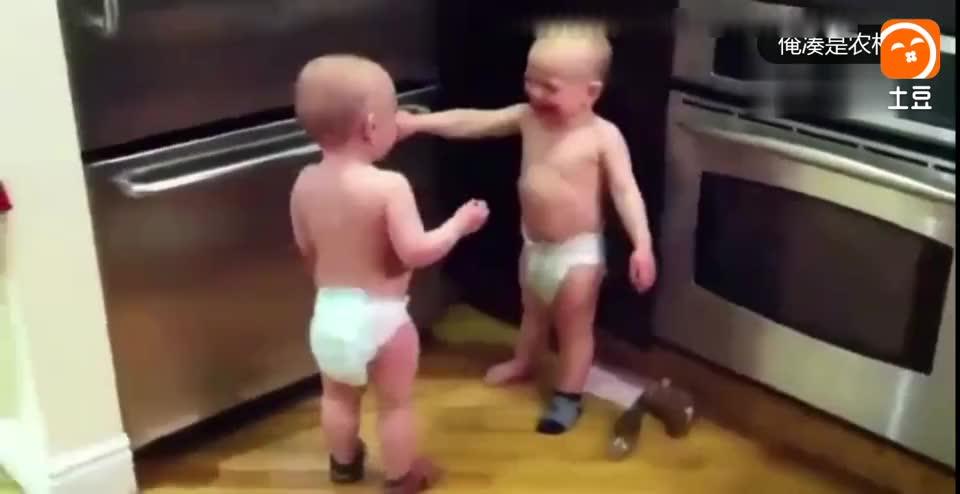 母亲无意中拍下的: 两个1岁宝宝因某事正在激烈沟通, 太逗了!