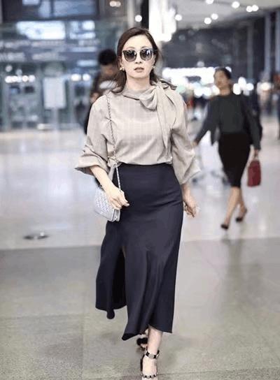 45岁小陶虹现身机场, 灰色衬衫吸睛无数, 网友: 美成二八少女! 2
