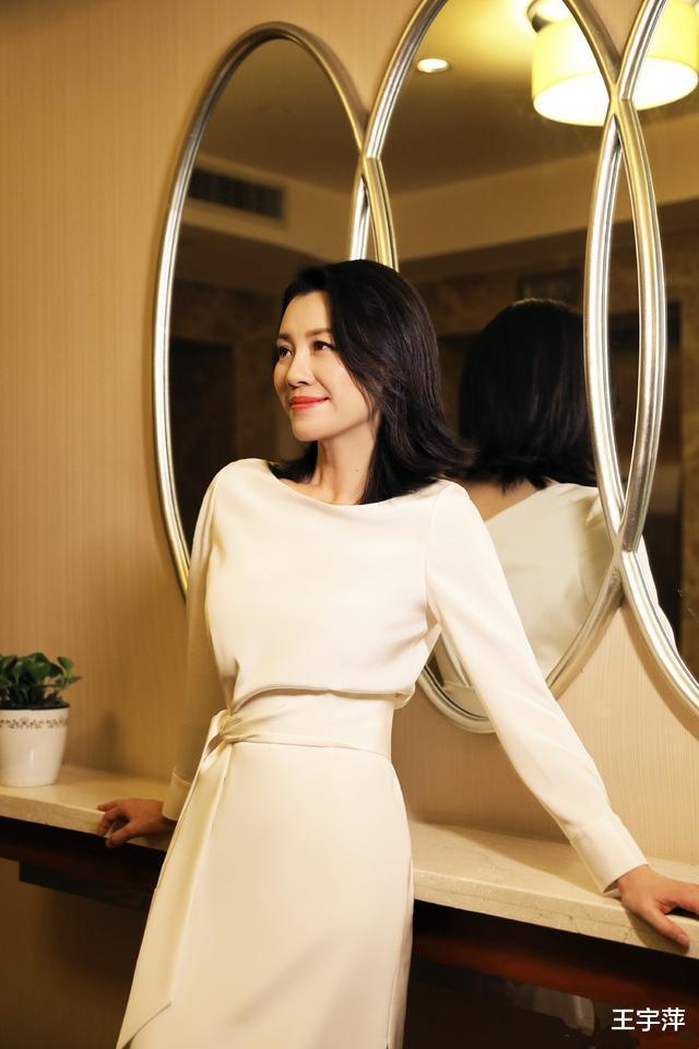 她26歲獲封影後, 半生演配角卻個個經典, 如今46歲優雅如菊-圖1