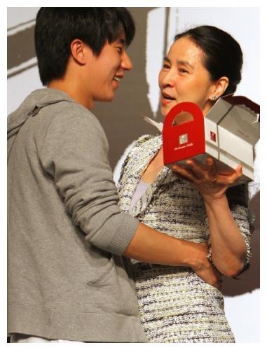 房祖名帶小他十八歲的女友見父母, 成龍: 非常滿意, 馬上訂婚-圖1