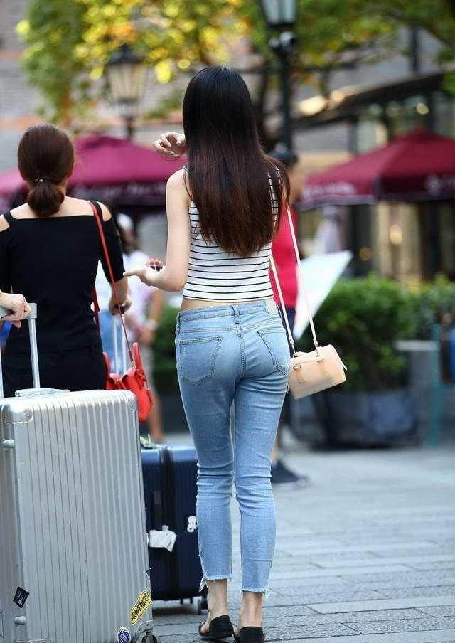 下电梯时遇见这位小姐姐身穿紧身裤, 充满细腻厚实感