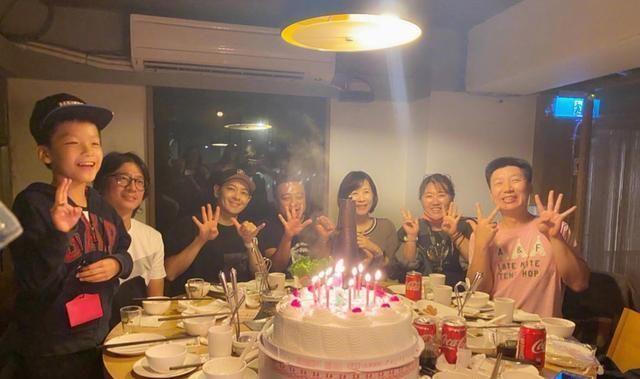 46歲林志穎高中聚會, 身邊同學成發福大叔, 不老男神凍齡搶鏡-圖3