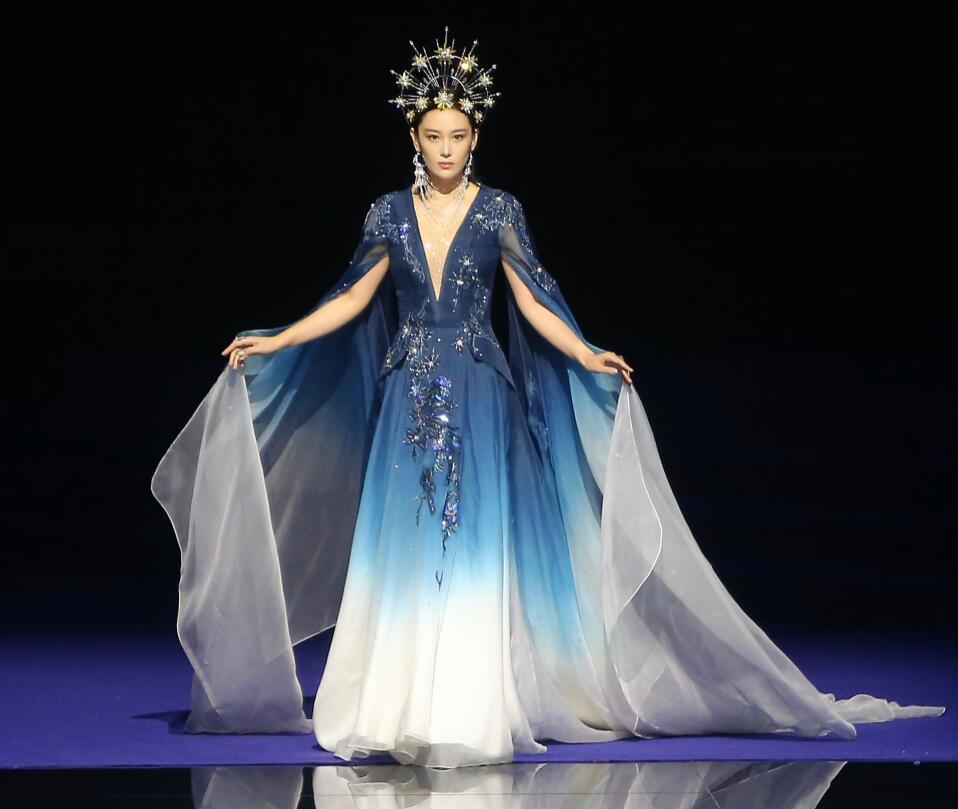 張馨予登舞臺走秀頭戴皇冠氣場強大, 氣質五官神似范冰冰-圖3