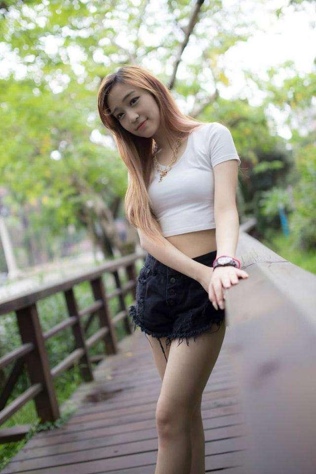 小美女露脐装搭配牛仔短裤 美丽中带着一丝青涩