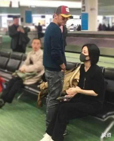 51歲王菲與謝霆鋒牽手, 暴露感情現狀, 牽手姿勢就知道幸不幸福-圖2