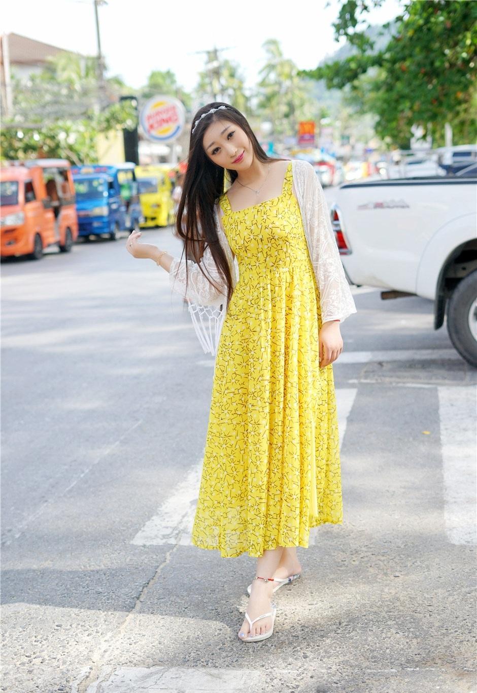 漂亮的小姐姐穿上黄色几何小花纹雪纺裙, 素颜的她却如此魅力十足 4