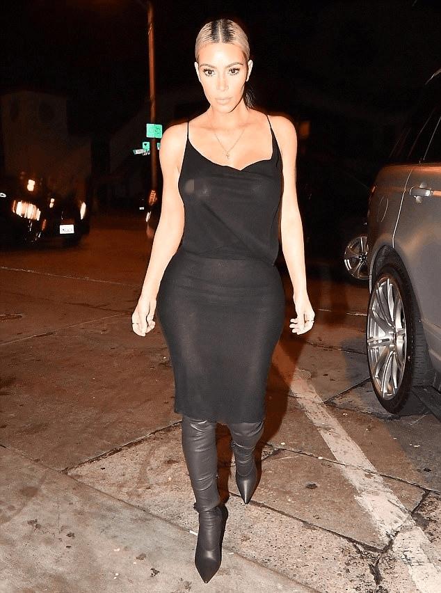 金·卡戴珊西好莱坞与友会餐, 黑色连衣裙出镜, 显现完美腰身 2