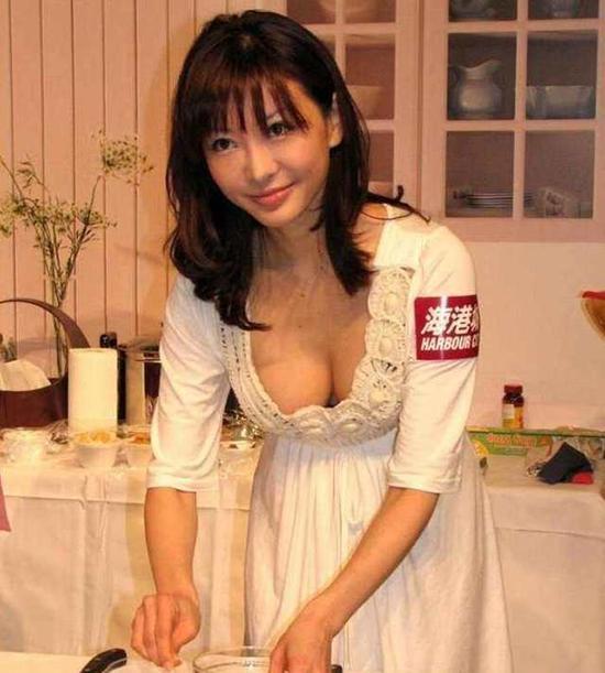 比黑人球员更牛!_38岁日本名模6年连生4孩,_如今又再怀孕九月