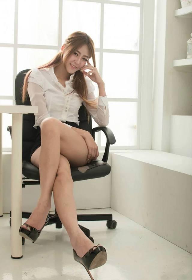 包臀裙的魅力就在于可以修饰腿型, 而且紧紧包裹着腰身 3