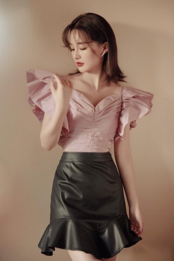李沁太會穿, 香芋紫蝴蝶袖上衣配荷葉邊皮裙, 高級娘man風誰不愛-圖1
