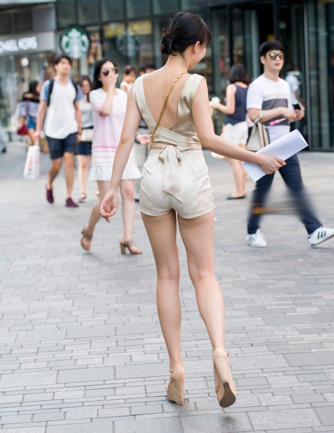 路人街拍: 超短裤搭配高跟鞋, 小姐姐这长腿有一米四吧?