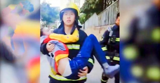 19歲消防員抱13歲昏迷女孩跑到1公裡送醫, 網友: 應避開隱私部位-圖1