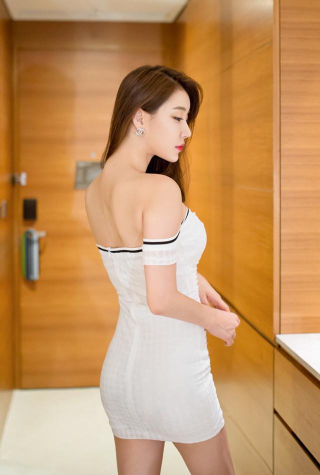 白色抹胸的包臀裙, 前凸后翘的苗条身材让人着迷 3