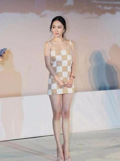 霍思燕现身活动, 裙子短到用布裹, 网友: 都孩他妈了, 悠着点吧! 3