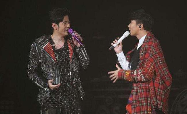 林俊杰助阵周杰伦 双人合作演唱吸引很多粉丝